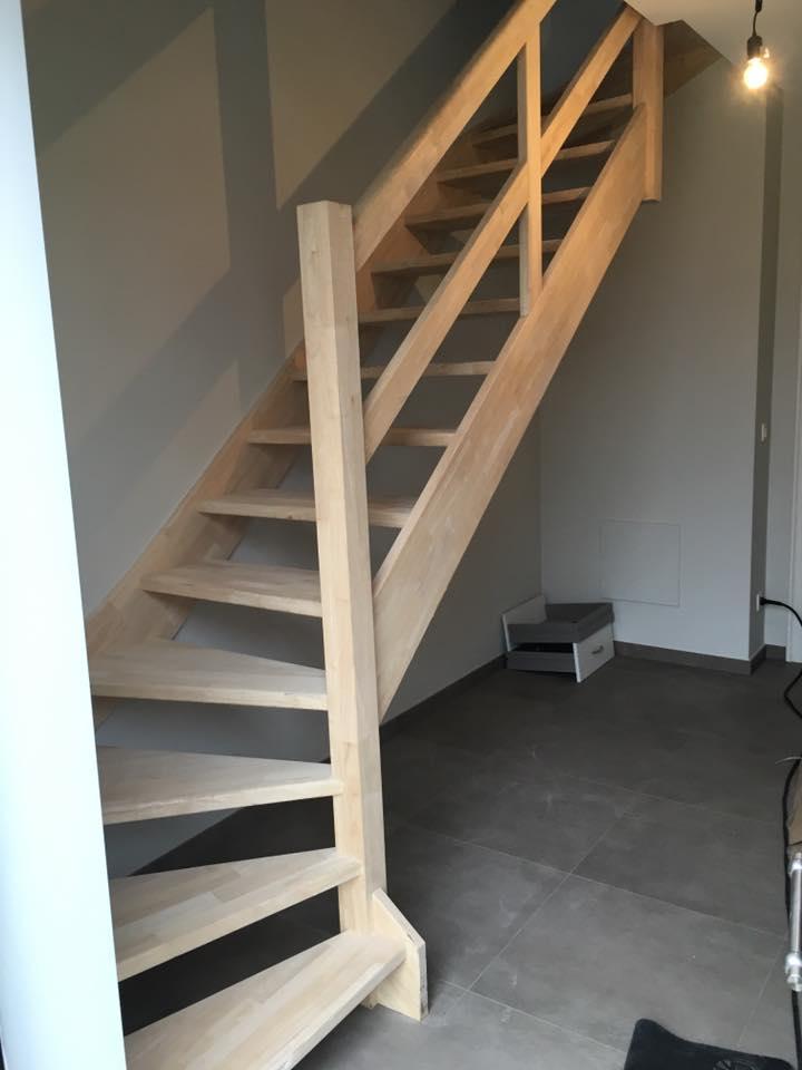 traphal renovatie in Geel, lege ruimte wordt opgevuld door praktische en moderne kasten op maat. Vakmanschap
