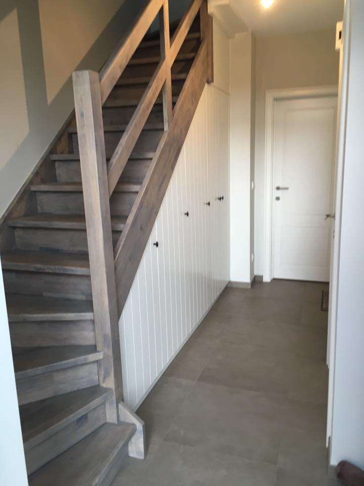 Afwerking van een traphal met ingemaakte kasten. traphal renovatie in Geel, lege ruimte wordt opgevuld door praktische en moderne kasten op maat. Vakmanschap