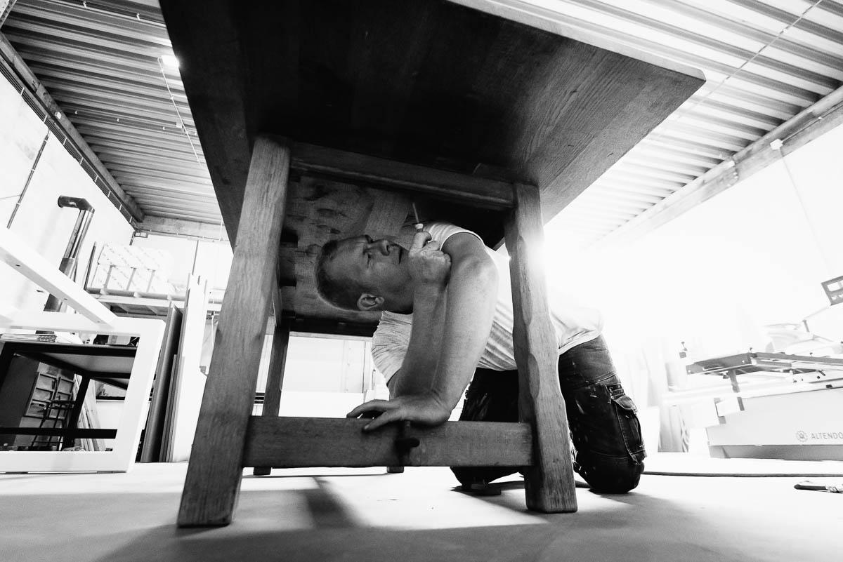 Vervangen van tafelpoten, antieke tafel wordt modern design meubel in de eigen schrijnwerkerij.