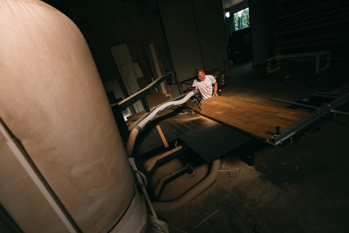 JD Schrijnwerker Geel beschikt over een eigen atelier met moderne apparatuur.