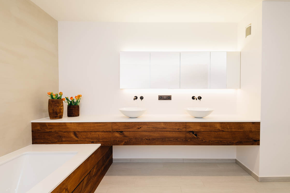 Strakke lijnen en minimalistisch design in deze hoogwaardige moderne badkamer. Schrijnwerker Geel.