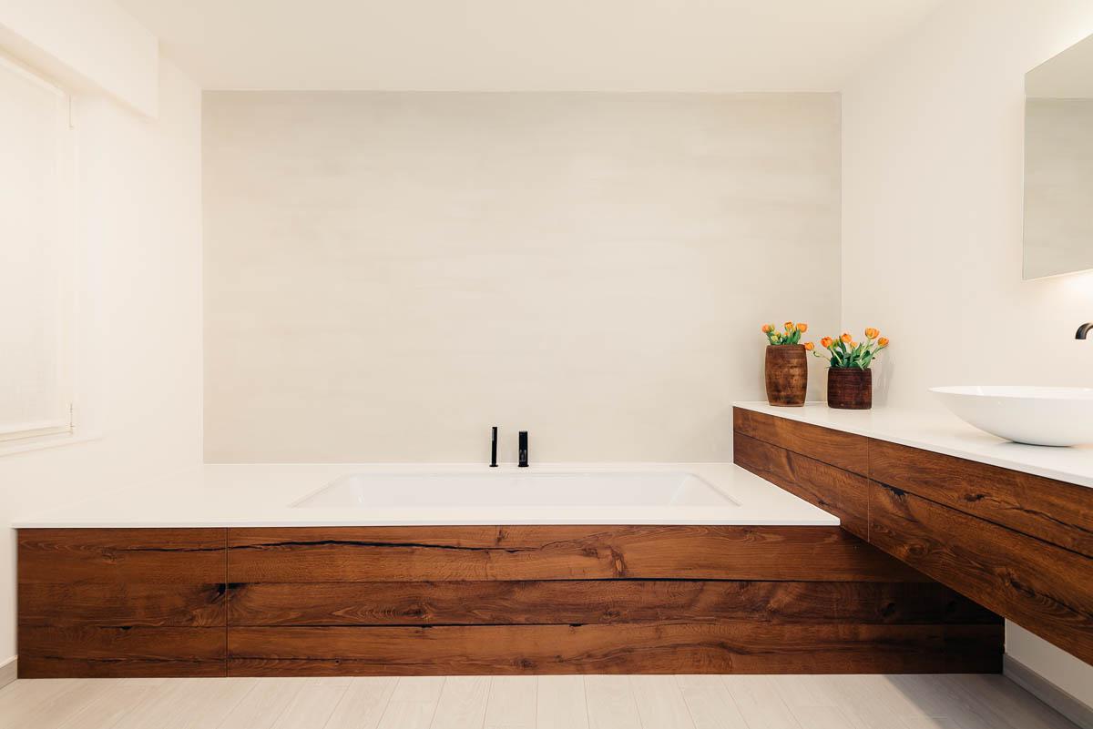 Minimalistisch design, afwerking in tropisch massief hout. Luxe badkamers in Geel.