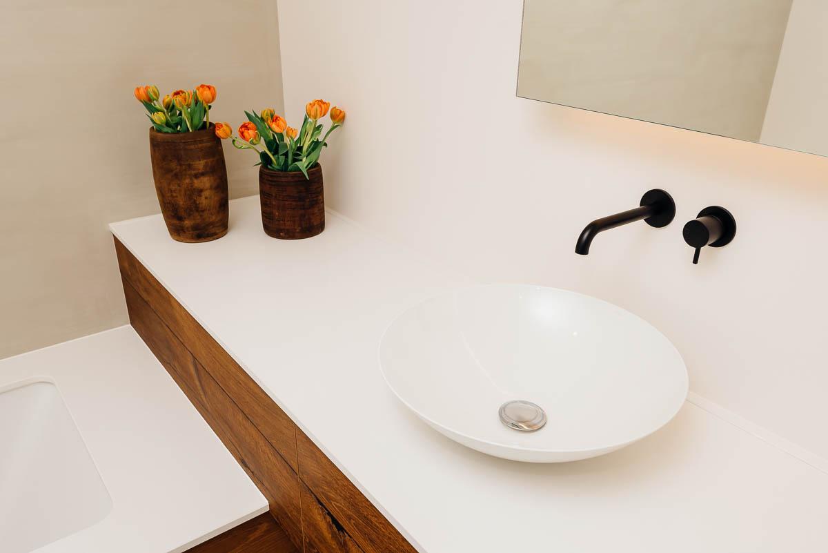 Feilloze afwerking en perfecte integratie van uw wastafels en kranen.